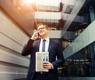 Концепция телефона бизнесмена работая говоря Стоковая Фотография RF