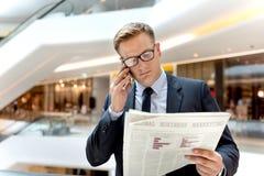 Концепция телефона бизнесмена работая говоря Стоковое фото RF