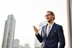 Концепция телефона бизнесмена работая соединяясь умная Стоковые Фото