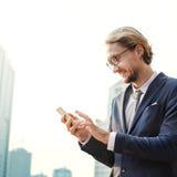 Концепция телефона бизнесмена работая соединяясь умная Стоковая Фотография RF