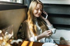 Концепция телефона переговора девушки говоря Стоковое Изображение