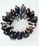 Концепция тимбилдинга большая команда дела сидя в круге Стоковое фото RF