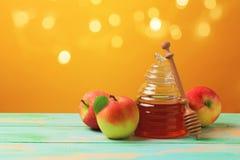 Концепция торжества праздника Нового Года hashanah Rosh еврейская Мед и яблоки над желтой предпосылкой стоковое фото rf