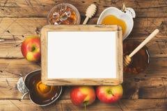 Концепция торжества праздника Нового Года hashanah Rosh еврейская Мед и яблоки над деревянной предпосылкой Взгляд сверху стоковое изображение