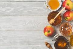 Концепция торжества праздника Нового Года hashanah Rosh еврейская Мед и яблоки над деревянной предпосылкой Взгляд сверху стоковое изображение rf