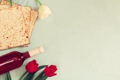 Концепция торжества Pesah (еврейский праздник еврейской пасхи) с вином и matza Стоковое Изображение