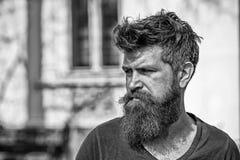 Концепция тоскливости и проблем Человек с бородой и усиком смотрит не свежим Битник с бородой смотрит нездоровым лучей стоковые изображения rf