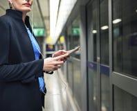 Концепция транспорта метро женщины ждать терминальная Стоковое Изображение RF