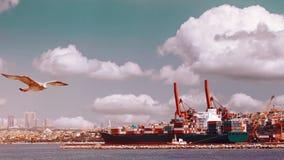 Концепция транспорта снабжения глобальная Морской на пользе предпосылки облаков для судоходства экспорта импорта r