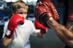 Концепция тренировки перчаток пунша тренировки бокса мальчика Стоковые Изображения