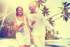 Концепция тропического пляжа медового месяца пар романтичная Стоковое Изображение RF
