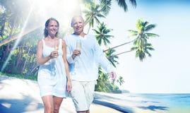 Концепция тропического пляжа медового месяца пар романтичная Стоковые Фотографии RF