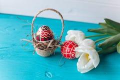 Концепция, тюльпаны и яичка пасхи на деревянной предпосылке Стоковые Изображения RF