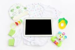 Концепция удлиняя семьи и предпологать для младенца: таблетка пустого экрана, одежда для newborn - сделанный по образцу bodysuit, Стоковые Изображения RF