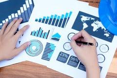 Концепция успеха коммерческой статистики: метка аналитика бизнесмена Стоковая Фотография