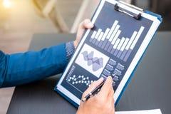 Концепция успеха коммерческой статистики: метка аналитика бизнесмена Стоковое фото RF