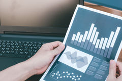 Концепция успеха коммерческой статистики: метка аналитика бизнесмена Стоковое Фото