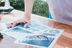 Концепция успеха коммерческой статистики: чарс аналитика бизнесмена Стоковые Фотографии RF