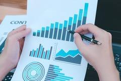 Концепция успеха коммерческой статистики: fina аналитика бизнесмена Стоковые Фотографии RF