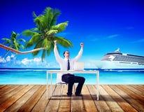 Концепция успеха пляжа деловых поездок бизнесмена работая Стоковые Фото