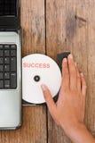 Концепция успеха с компьтер-книжкой компактного диска на древесине b стоковые изображения