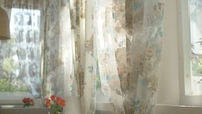 Концепция утра красивые занавесы с флористической печатью развевают в ветре из полу-открытого окна слепимость солнца бесплатная иллюстрация
