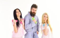 Концепция утра фитнеса Компания друзей с гантелями в отечественных одеждах, изолированная на белой предпосылке лучей стоковые фотографии rf