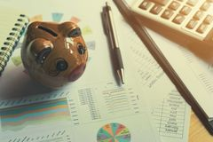 концепция учета коммерческих операций и финансов, копилка с ручкой cal Стоковое фото RF