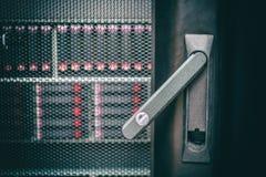 Концепция уязвимостью безопасности данных ИТ Раскрытый конец двери шкафа сервера вверх Диски хранения в шкафе стоковое фото rf