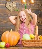 Концепция фестиваля сбора Маленькая девочка ребенка наслаждается жизнью фермы Органический садовничать Ребенк девушки на рынке фе стоковое изображение