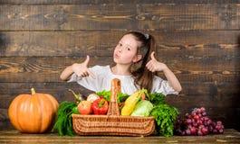 Концепция фестиваля сбора Рынок фермеров стиля ребенк девушки деревенский с фермером ребенк сбора падения с сбором деревянным стоковое фото rf