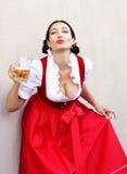 Концепция фестиваля в октябре Красивая немецкая женщина в типичном oktoberfest dirndl платья стоковая фотография
