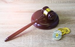 Концепция финансового закона цифров , молоток и монетка цифров на древесине Стоковые Фотографии RF