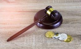 Концепция финансового закона цифров , молоток и монетка цифров на древесине Стоковое Фото