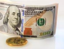 Концепция финансового роста с золотыми лестницами bitcoins, малый рост символа роста долларов предпосылки, sm Стоковое Фото