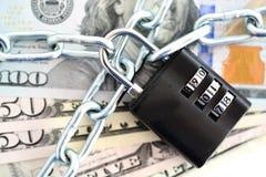 Концепция финансовой обеспеченности с цепью и padlock на банкнотах наличных денег Стоковое Изображение RF