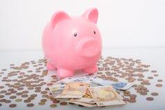 Концепция финансов сбережений денег копилки белизна банка предпосылки piggy Стоковое Фото