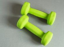 концепция фитнеса, здоровый образ жизни - 2 зеленых гантели для спорт Стоковое Изображение