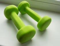 концепция фитнеса, здоровый образ жизни - 2 зеленых гантели для спорт Стоковые Изображения