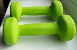 концепция фитнеса, здоровый образ жизни - 2 зеленых гантели для спорт Стоковые Изображения RF
