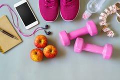 Концепция фитнеса, здоровых и активных образов жизни, гантели, умные Стоковое фото RF