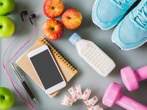 Концепция фитнеса, здоровых и активных образов жизни, гантели, умные Стоковые Изображения