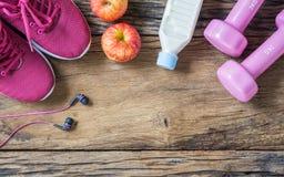Концепция фитнеса, здоровых и активных образов жизни, гантели, earph Стоковая Фотография RF