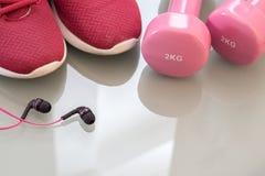 Концепция фитнеса, здоровых и активных образов жизни, розовые гантели, Стоковая Фотография