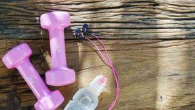 Концепция фитнеса, здоровых и активных образов жизни, розовые гантели, Стоковое фото RF
