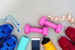 Концепция фитнеса, здоровых и активных образов жизни, гантели, спорт Стоковое Изображение RF