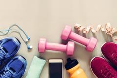 Концепция фитнеса, здоровых и активных образов жизни, гантели, спорт Стоковые Изображения RF