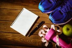 Концепция фитнеса, здоровых и активных образов жизни, гантели, спорт Стоковое Фото