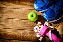 Концепция фитнеса, здоровых и активных образов жизни, гантели, спорт Стоковая Фотография