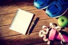 Концепция фитнеса, здоровых и активных образов жизни, гантели, спорт Стоковое фото RF